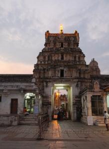 Вход в храм Вирупакши