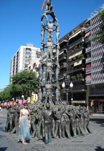 Памятник строителям человеческих башен